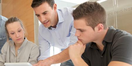Flipped Classroom: Estudantes fazem atividades e discutem a prática sob a orientação do professor